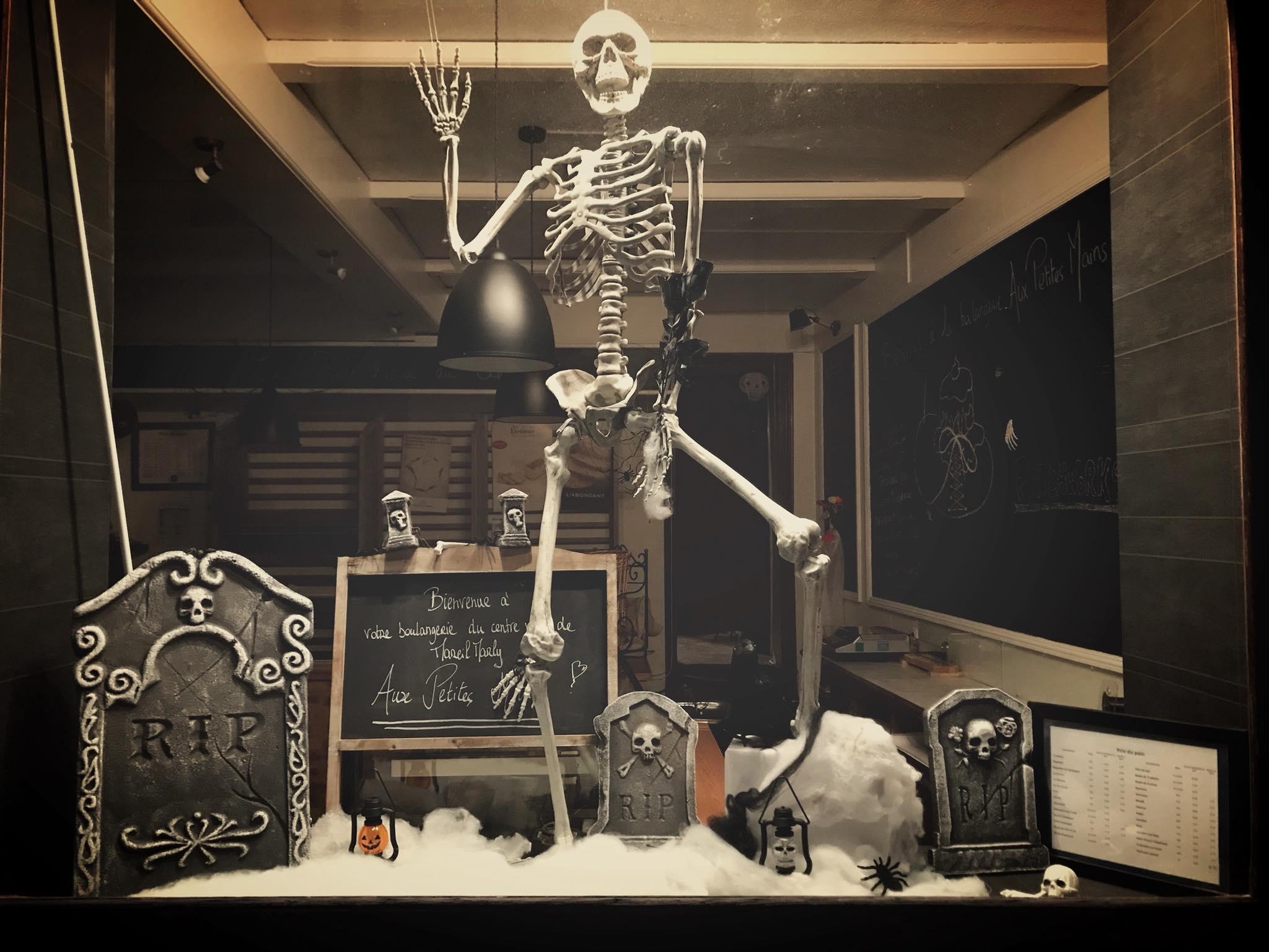 Boulangerie Aux Petites Mains décor Halloween squelette Hangus
